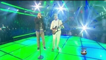 Lulu Santos e Gabriel O Pensador cantam 'Cachimbo da Paz'