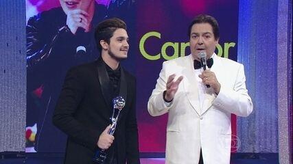 Luan Santana canta sucessos no 'Domingão'