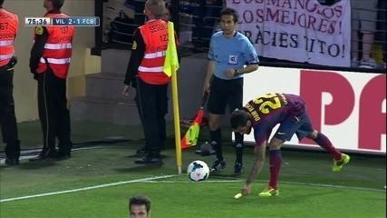 Daniel Alves come banana atirada no gramado em resposta ao racismo