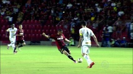 Neto Baiano aproveita goleiro adiantado e faz golaço na vitória do Sport sobre o Botafogo