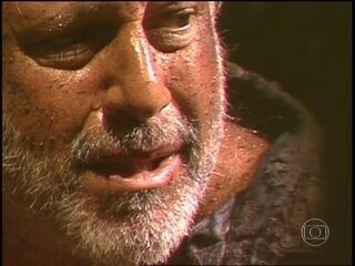 Bruno Mezenga caminha desnorteado pela floresta