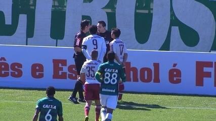 Após cruzamento, Marcos Júnior manda de cabeça mas árbitro anula lance aos 35'do 1º tempo
