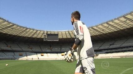 Desafio do Gigante da Pampulha: goleiro Victor chuta a bola por cima do Mineirão
