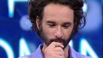 Rodrigo Santoro chora com homenagem no 'Domingão'