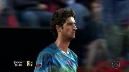 """Bellucci surpreende Djokovic com """"pneu"""", mas toma virada pelo Masters 1000 de Roma"""