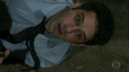 Beto (João Baldasserini) leva um tiro de Genésio (Cláudio Galvan) - 'Haja Coração'