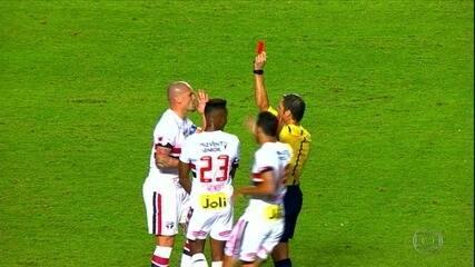 Maicon é expulso, São Paulo perde para o Atlético Nacional e se complica na Libertadores