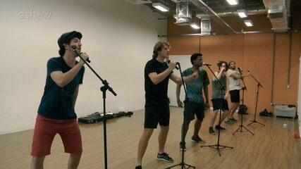 Integrantes da banda 4 ponto 4 ensaiam coreografias