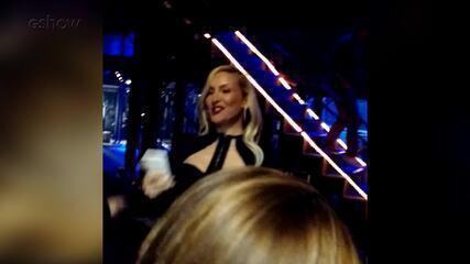 Claudia Leitte 'para o trânsito' nos bastidores do 'The Voice Brasil' até chegar ao palco