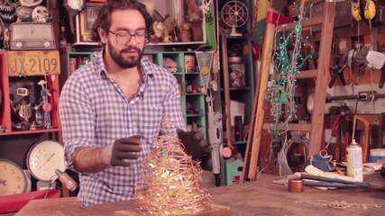 Veja como fazer uma árvore diferente com arame farpado