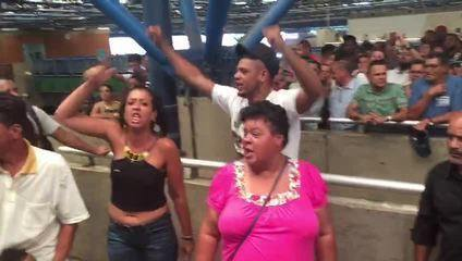 Parentes e amigos do ambulante Luiz Carlos Ruas protestam na estação Barra Funda
