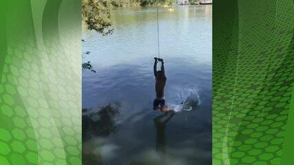 Pepê brinca de tirolesa no rio em Piraju