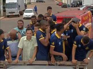 Após 28 horas de viagem, Interporto é recebido com festa por torcedores em Porto Nacional