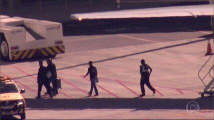 Eike Batista desembarca de avião no Aeroporto do Galeão