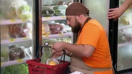 Participantes fazem as compras para o churrasco de peixe