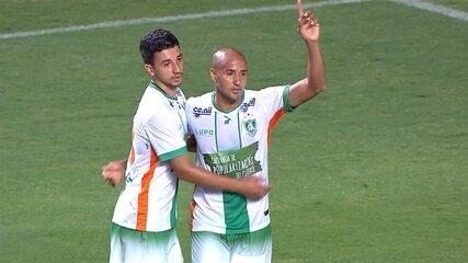 32 minutos: gol do América-MG! Em cobrança de pênalti, Hugo aumenta o placar do Coelho