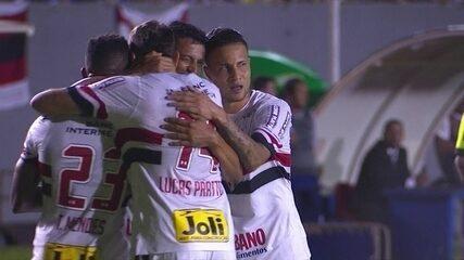 Depois de troca de passes no campo de ataque, Cícero completa para o gol