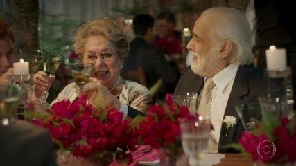 Gaetano e Geppina brindam na festa de casamento