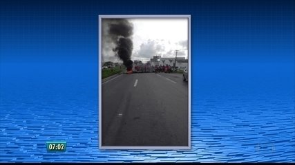 Manifestantes bloqueiam circulação de veículos na BR-101, no Grande Recife
