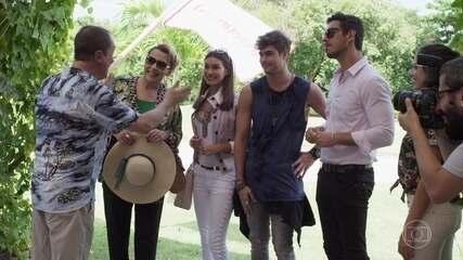 Léo e sua família se hospedam no resort de uma revista de celebridades