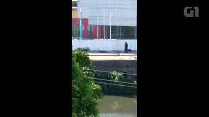 Vídeo mostra policiais atirando em homens caídos na Zona Norte do Rio