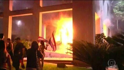 Manifestantes invadem e incendiam parte do prédio do Congresso do Paraguai