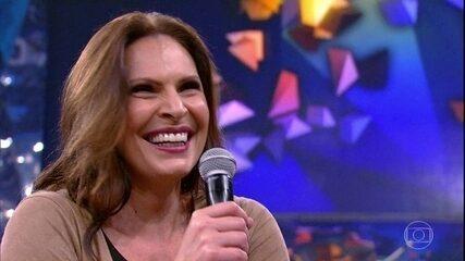 Laura Muller escuta pergunta íntima no Altas Horas