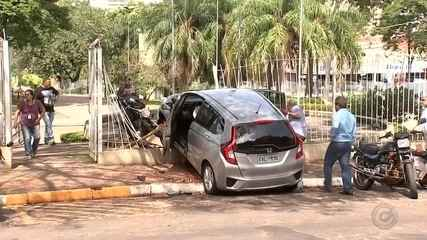 Idosa perde controle do carro e arrasta duas motos em Araçatuba
