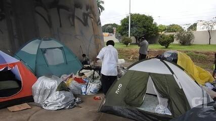 Fugindo da fome na Venezuela imigrantes indígenas vivem nas ruas e pedem esmolas em Manaus