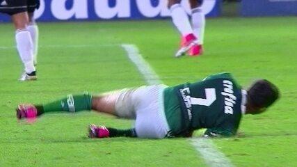 Dudu faz gol em impedimento e dá chilique ao ver árbitro anular o lance