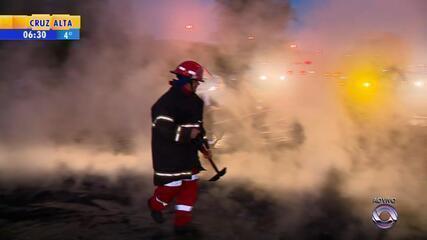 Manifestantes colocam fogo e bloqueiam a BR-290
