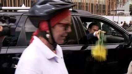 João Doria joga fora flores que recebeu em homenagem aos ciclistas mortos nas marginais