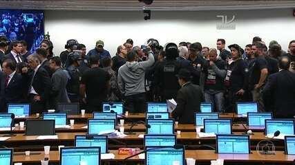 Reforma da Previdência tem votação dos destaques interrompida após invasão da Câmara