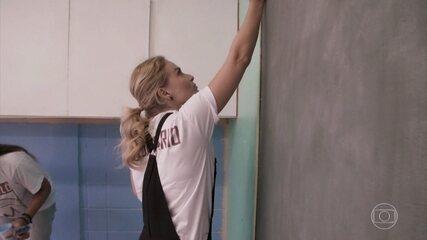 Angélica aprende a pintar parede no projeto Amor e Cor