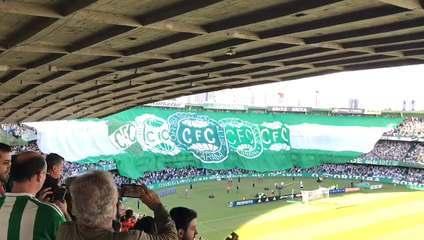 Torcida do Coritiba exibe bandeirão no Couto Pereira