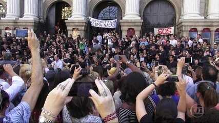Artistas e funcionários do Theatro Municipal fazem protesto emocionante