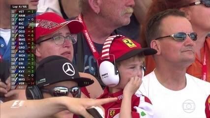 Abandono de Kimi Raikkonen no GP de Barcelona leva mãe e filho às lágrimas