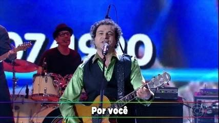 Frejat canta 'Por Você' no palco do 'Domingão'
