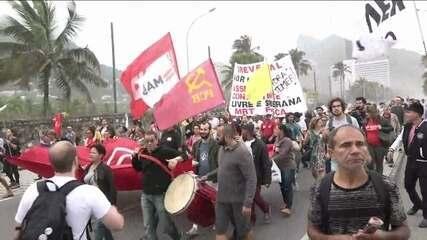 Manifestantes seguem em direção à residência de Rodrigo Maia no Rio