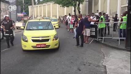 Jogadores do Vasco chegam de táxi a São Januário