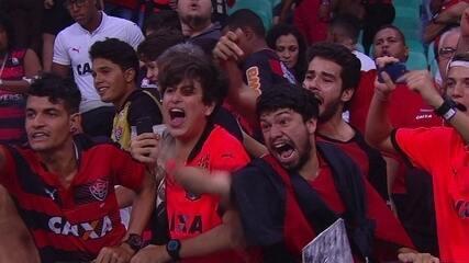 Torcedores do Vitória protestam após derrota para o Coritiba