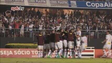 Marcinho dá assistência para Pratto e a dupla comemora com dança contra o Palmeiras