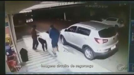 Mulher luta com suspeitos para tirar filho de dentro do carro durante assalto em Sumaré