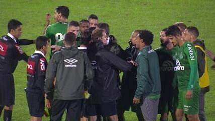 Jogadores da Chapecoense cercam árbitro após fim da partida