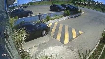 Homem usa carro para derrubar portão de condomínios em Vicente Pires