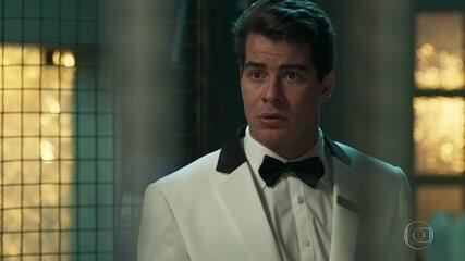 Júlio revela a Malagueta que Pedrinho venderá o hotel para Eric