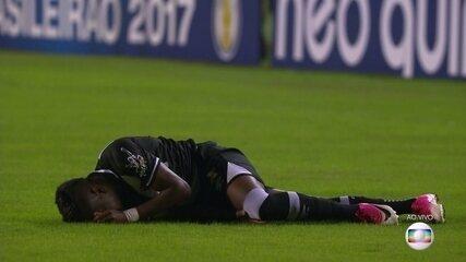 Kelvin toma bolada e cai de mau jeito, em 1' do 1º tempo