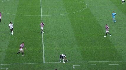 Romero mata a bola e finge que vai pegá-la com a mão