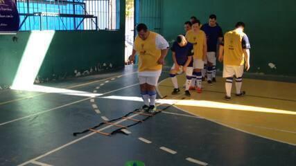 Atletas de futsal com Síndrome de Down, do CSA, recebem visita do goleiro Mota