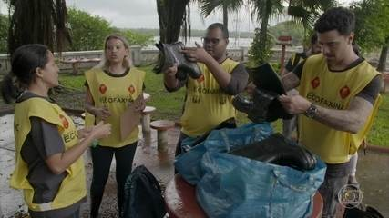 Felipe Titto arregaça as mangas e faz coleta de lixo
